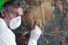 Restaurador com arte finala da pintura foto de stock royalty free