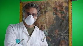 Restaurador con las ilustraciones de la pintura almacen de metraje de vídeo