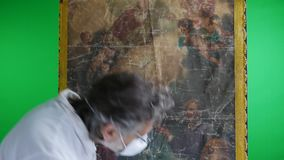 Restaurador con las ilustraciones de la pintura almacen de video