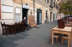 Restaurador da mobília velha na frente de sua loja em Roma Fotografia de Stock Royalty Free