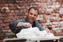 Restaurador do artesão que trabalha com modelo da gipsita Imagens de Stock Royalty Free