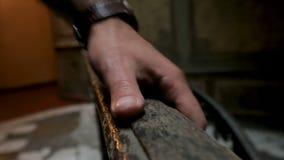 Restaurador experimentado que evalúa la condición de barandillas de madera en el edificio antiguo metrajes