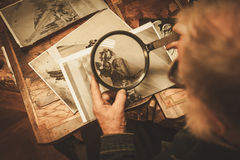 Restaurador mayor que trabaja con el elemento antiguo de la decoración en su taller Foto de archivo