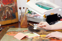 Restaurador que trabalha no ícone antigo com folha de ouro Foto de Stock Royalty Free