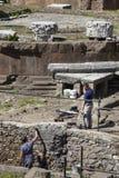 Restauradores dos trabalhadores Templos romanos republicanos, e as sobras do teatro de Pompeys Fotos de Stock Royalty Free