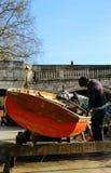 Restaurando um barco Imagens de Stock Royalty Free