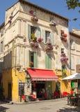Restaurang för kafé för bar för ställedu Forum Arles Frankrike Provence stång arkivfoto