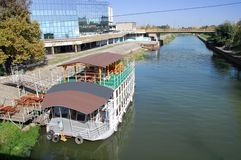 Restaurang för turist- fartyg på floden Begej Arkivfoto