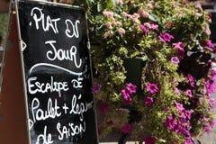Restaurang i Frankrike med menyn Arkivbilder