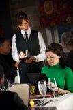 Restaurang: Kvinna som beställer matställen från meny Royaltyfri Foto