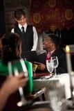 Restaurang: Man som ger beställning till servitrins Royaltyfria Bilder