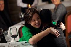 Restaurang: ManSuprises kvinna med förlovningsringen Arkivfoton