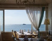 Restaurang med enorm sikt från öppet fönster på havet arkivbild