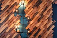 Restaurang med lantliga dekorativa beståndsdelar Detaljer för inredesign med lampor och kulaljus Trävägggarnering royaltyfri foto