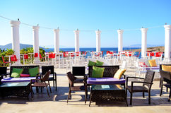 Restaurang med trätabeller på stranden Arkivfoto