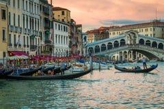 Restaurang och gondoler nära den Rialto bron i Venedig Royaltyfria Foton