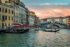 Restaurang och gondoler nära den Rialto bron i Venedig Arkivfoton