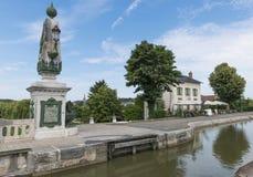 Restaurang och kanal Loire arkivbild