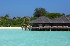 Restaurang på den Maldiverna stranden Arkivbild