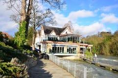 Restaurang på en flod arkivbilder