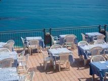 Restaurang på en terrass som förbiser havet Arkivbilder