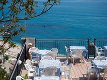 Restaurang på en terrass som förbiser havet Fotografering för Bildbyråer