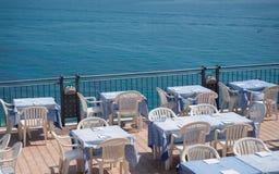 Restaurang på en terrass som förbiser havet Royaltyfri Fotografi