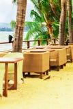 Restaurang på kusten med palmträd fotografering för bildbyråer