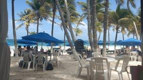 Restaurang på stranden royaltyfria bilder