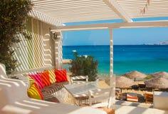 Restaurang på stranden av medelhavet Royaltyfria Bilder