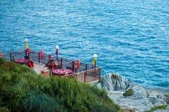 Restaurang på stranden, frukost på vattnet fotografering för bildbyråer