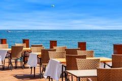 Restaurang på terrass med havssikt i Turkiet. Royaltyfri Fotografi