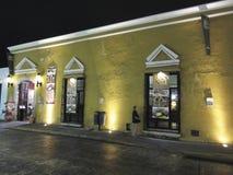 Restaurang sent på natten i Merida Yucatan Royaltyfri Fotografi