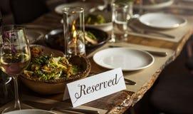 Restaurang som ut kyler reserverat begrepp för flott livsstil royaltyfri foto