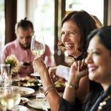 Restaurang som ut kyler reserverat begrepp för flott livsstil royaltyfria bilder
