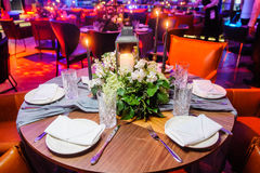 restaurang tjänad som tabell Selektivt fokusera Royaltyfria Foton