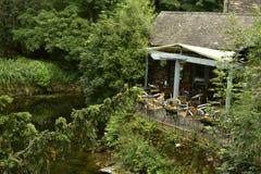 Restaurang vid floden Fotografering för Bildbyråer