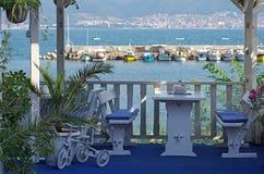 Restaurang vid havet med tomma tabeller Royaltyfri Fotografi