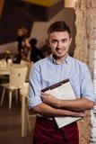 Restaurangarbetare som tycker om hans arbete Arkivfoto