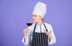Restaurangbegrepp r Vilket vin som tjänar som med matställen Hur man parar vin och mat som expert Flickakläder arkivbilder
