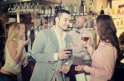 Restaurangbesökare som dricker vin Arkivfoto