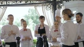 Restaurangchef och hans personal i terrass Växelverkan till huvudkocken i restaurang lager videofilmer