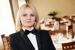Restaurangchefkvinna på arbetsstället Royaltyfria Bilder