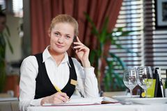 Restaurangchefkvinna på arbete Arkivbild