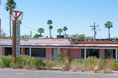Restaurangen är stängd, och byggnaden faller ifrån varandra fotografering för bildbyråer