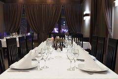Restaurangen bordlägger förberett för gäster royaltyfri bild