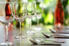 Wineexponeringsglas och förlägger inställningar Royaltyfria Foton
