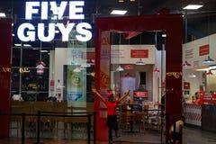 Restaurangen för fem grabbar, den berömda internationella hamburgaren shoppar royaltyfria foton
