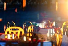 Restaurangen för semesterort` s är inställningssolen, aftonen, reflexioner på vinexponeringsglasen Arkivfoto