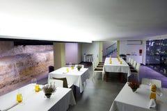 Restaurangen med antikviteten fördärvar inomhus arkivbilder